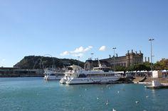 Ausflugsschiffe für eine Hafenrundfahrt in Barcelona