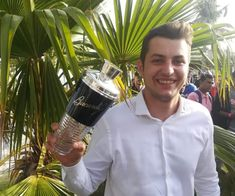 Την Κυριακή 24 Φεβρουαρίου, στο Άμπου Ντάμπι, ο Φίλιππος Τασούλας από το Odori κέρδισε τον ελληνικό τελικό του Bacardi Legacy 2019. Bacardi, Spirit, Bacardi Cocktail