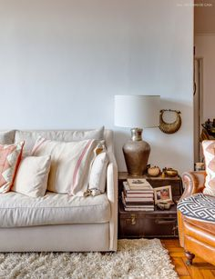 11-decoracao-sala-estar-tons-neutros-mesa-lateral-mala-antiga