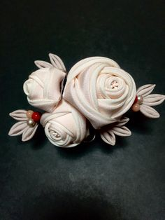 正絹つまみ細工のコーム Kanzashi Flowers, Beaded Flowers, Fabric Flowers, Pink Flowers, Ribbon Art, Diy Ribbon, Fabric Brooch, Tea Roses, Japan Fashion