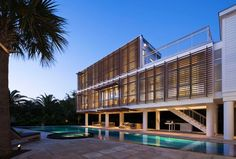 Stephen Yablon Architecture designed a guest pavilion, a contemporary addition to a traditional beach house on Sullivan's Island in South Carolina.