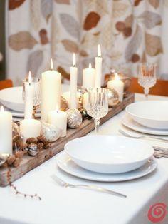 la tavola apparecchiata e decorata di Natale, nel segno dei materiali naturali, dell'argento e del bianco Christmas Decorations, Table Decorations, Recycled Materials, Sweet Home, Table Settings, Xmas, Entertaining, Candles, Party