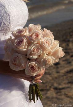 Klassischer Brautstrauß mit weißen Rosen