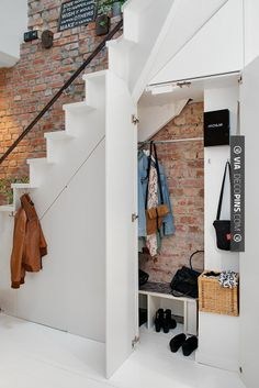 Neato! - hj | CHECK OUT MORE STORAGE IDEAS AT DECOPINS.COM | #storage #storage #closets #nooks #shelves #bookshelves #wallstorage #homedecor #homedecoration #decor #livingroom #walls