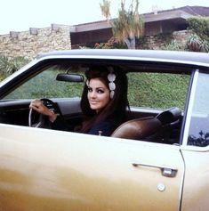 Priscilla Presley. My sister does this too. She kinda looks like Priscilla too. Weird. Lol