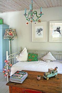 Chandelier in situ. by Live Bohemian, die kleuren! Bohemian House, Bohemian Living, Bohemian Interior, Bohemian Decor, Boho Chic, Deco Boheme, Dream Bedroom, Girls Bedroom, Shabby Chic Furniture