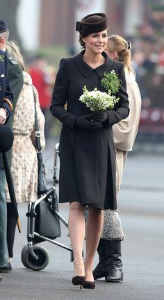 Pin for Later: Kate Middleton ist wirklich die Königin der Schwangerschaftsmode Mantel: Catherine Walker