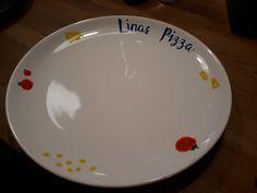 Heute möchte ich euch eine weitere Möglichkeit zeigen Geschirr zu individualisieren. Mein Beispiel dafür ist der Pizza-Teller, den meine Schwester zu Weihnachten geschenkt bekommen hat. Sie ist ger…