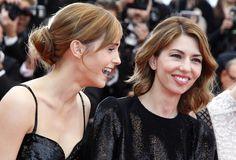 La actriz Emma Watson (Izq.) y la directora Sofía Coppola en la alfombra roja del estreno de la película 'Jeune & Jolie' (Joven y Bella) durante el 66 Festival de Cannes.