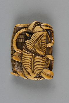 Netsuke of Flat Basket Containing Leaves and a Mouse, 19th century, Japan
