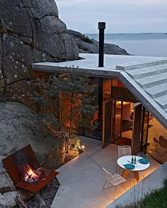@lundhagem designed this #modernhome to fit (and work with) a site that was largely surrounded by rocks and vegetation. The result is a stunning #house with killer views of the sea. \\\ Photo by #KimMuller