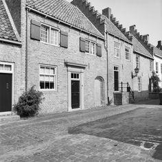 Pand met verdieping mogelijk in de 17e eeuw met afbraaksteen op de stadsmuur gebouwd in Buren | Monument - Rijksmonumenten.nl