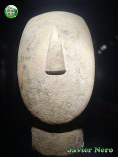 De una gran estatuilla de tipo canónico, variedad Spedos. II periodo, fase Syros (2800-2300 a.C.) Museo del Arte Cicládico, Atenas.