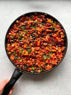 Smakfull bønnegryte med quinoa - LINDASTUHAUG Cottage Cheese, Couscous, Ratatouille, Paella, Guacamole, Food Inspiration, Quinoa, Ethnic Recipes, Spinach