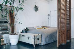 経年変化を楽しむアパルトマン風のワンルーム。【アートのある暮らし Vol.12】|インテリア(デザイン)|VOGUE JAPAN Dormitory, Asian Style, Decoration, My Room, Live Life, Interior Inspiration, New Homes, House Styles, Furniture