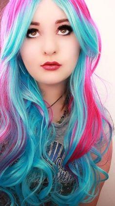 Chica con el cabello azul y rosa