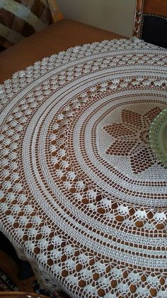 Ağ ipi ile örülmüş örtü. Free Crochet Doily Patterns, Crochet Doilies, Crochet Flowers, Crochet Hats, Tunisian Crochet, Filet Crochet, Mantel Redondo, Crochet Tablecloth, Crafts