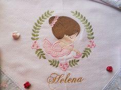 kit coordenado bordado ideal para saída da maternidade.  Este kit vem 01 manta de flanela macia e quentinha medindo 80x80 cm com barrado em tecido tricoline+ 1 fraldinha de boca de alta qualidade e absorção medindo 35x38 cm + 1 fralda grande cobre bebê medindo 70x70 cm todas as fraldas com barrad... Baby Needs, Burp Cloths, Machine Embroidery Designs, Beaded Jewelry, Kids Room, Children, Diy, Flannel Rag Quilts, Hand Painted Fabric