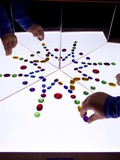 Es uno de los juegos más valiosos que tienes en casa, ¿y apenas jugáis con ella? Vamos a rescatar esa mesa de luz con esta batería de ideas Reggio Emilia, Projects For Kids, Crafts For Kids, Overhead Projector, Licht Box, Mirror Box, Light Panel, Kids Learning Activities, Infant Activities