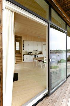 UTE OG INNE: Skyvedørene i glass bidrar til å oppheve skillet mellom ute og inne. Rammene rundt dørene og vinduskarmene er i gråsvart vedlikeholdsfritt aluminium.
