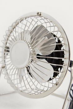 Schreibtischventilator in Silber mit USB-Anschluss Usb, Urban Outfitters, Home Appliances, Design, Fan, Writing, Metal, Silver, Table