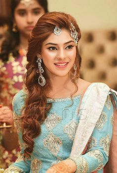 Hair style for engagement party - Fashion Hair style for engagement party - Hairstyles Pakistani Bridal Hairstyles, Lehenga Hairstyles, Pakistani Bridal Makeup, Indian Hairstyles, Bride Hairstyles, Easy Hairstyles, Engagement Hairstyles, Bridal Hair Buns, Bridal Looks