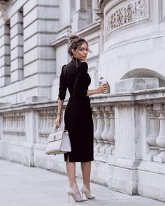 Essential work wardrobe pieces every woman should have in her closet Workwear Fashion, Office Fashion, Work Fashion, Workwear Women, Latest Fashion, Women's Fashion, Fashion Trends, Business Chic, Business Outfits