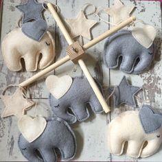 Elefante bebé móvil  crema y gris Mobile  vivero por Tildyfloss