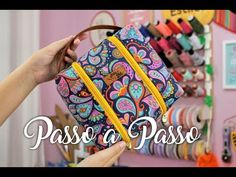 Big Necessaire de Viagem (Sem Viés)   Passo a Passo - YouTube Sewing Tutorials, Sewing Projects, Projects To Try, Origami Bag, Travel Organization, Sewing Techniques, Couture, Vera Bradley Backpack, Pattern Making
