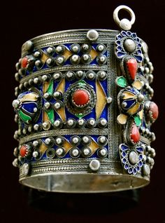 Large bracelet or amesluh from Kabylia, Algeria. Silver, enamel and coral. Silver Jewelry Box, Enamel Jewelry, Tribal Jewelry, Boho Jewelry, Antique Jewelry, Jewelry Bracelets, Vintage Jewelry, Jewelry Accessories, Jewelry Design
