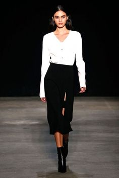 """Narciso Rodriguez declarou que sua coleção de outono-inverno 2017/18 é feita pros """"tempos sóbrios"""" em um período """"particularmente desafiador pra vida de qualquer criador na América"""" no backstage, antes da apresentação. Ele também defende que """"existe muita moda. Existe moda demais, e barulho demais, não acho que isso é apropriado hoje"""". No meio da balbúrdia, o estilista fez, na verdade, o que sempre faz: uma moda direta ao ponto, mais dedicada à modelagem do que a adornos e outras…"""