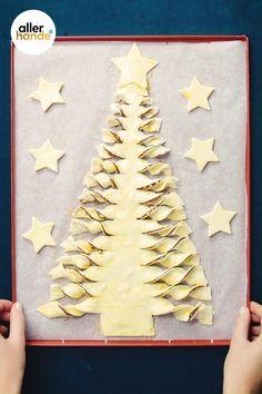 Kerstbrunch-ideeën nodig? Maak je eigen kerstboom van bladerdeeg, met aardbeien, hazelnoten en hazelnootpasta. Nog een tip! Je kan van de overgebleven stukken bladerdeeg sterren maken en ze naast de kerstboom serveren. Bekijk dit recept en meer kerstontbijt-recepten op ah.nl/allerhande. #allerhande #kerstrecepten #kerstbrunch #bladerdeeg #kerstboom #nutella #kerstontbijt #bladerdeegrecept #ovengerecht #ontbijtrecepten Christmas Lunch, Christmas Breakfast, Christmas Desserts, Diy Christmas Gifts, Christmas Baking, Christmas Cookies, Childrens Meals, Cupcake Images, Xmas Food