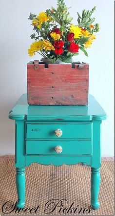♥ the table! Great pop of color!