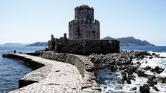 The castle of Methoni was built by the Venetians in the 16th century in order to secure the silk road. The city was then destroyed by the Turks in 1500 and the castle partly rebuilt. The small octogonal annex which is shown here is called a Bourtzi (Μπούρτζι), it served both as an observation point