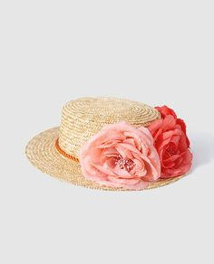 Canotier de paja trenzada con adorno de flores en tonos cálidos