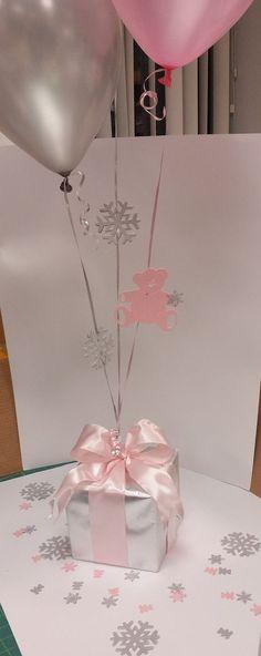 Utiliza las cajas de regalos para tus centros de mesa adornadas con globos para tus fiestas. #DecoracionesFiestasTematicas: