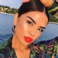 Coral lips makeup look summer beauty bold brows highlight glowy beach beauty treatments Day Makeup, Makeup Goals, Skin Makeup, Makeup Inspo, Makeup Inspiration, Makeup Tips, Orange Lipstick Makeup, Bold Lip Makeup, Learn Makeup