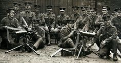 An Irish Guards machine-gun team in 1914 during the beginning of World War Not a single one of these men pictured here survived the war. Ww1 History, British History, Military History, World War One, First World, Men Are Men, Lest We Forget, Guy Pictures, Historical Photos