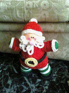 Galletero para Navidad muy sencillo de hacer con papel crepé rojo,blanco,negro,verde ,melón y amarillo , 2 palitos de madera y empezar a corrugar el papel (cortar 15cm de crepe colocarlo debajo de los palitos ,enrollar la mitad del papel en un palito y la otra mitad en el otro palito)