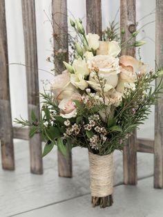 Natürlicher Brautstrauß mit Rosen, Prärie-Enzian und Rosmarinzweigen von weddingstyle.de