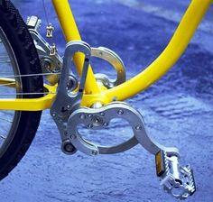 An innovative chain-less bicycle debuts today in Padova, Italy. Called the StringBike, this new Hungarian developed bike has a new driving system using steel wires instead of chains, which has the following main units: pedal, eccentric discs, the swinging unit, and gear changer. Continue reading for the Video.