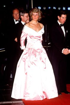 Princess Diana in a dress by Catherine Walker with Prince Charles, in Berlin, 1987 Princess Diana Dresses, Princess Diana Photos, Princess Diana Fashion, Princess Diana Family, Royal Princess, Prince And Princess, Princess Of Wales, Prince Harry, Lady Diana Spencer