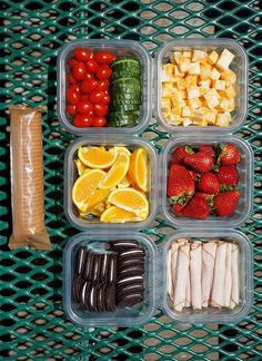 Looking for some easy picnic lunch ideas? Here are some great tips on how to pack a picnic lunch that you and your kids will love and eat! How to Pack the Perfect Picnic Lunch - Easy Picnic Lunch Ideas - Playground Party Food Picnic Date Food, Picnic Ideas, Picnic Recipes, Family Picnic, Picnic Foods For Kids, Healthy Picnic Foods, Picnic Time, Good Picnic Food, Healthy Beach Snacks
