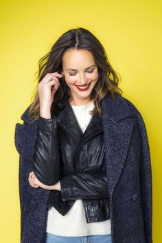 Manteau long bleu chiné, blouson en cuir noir CAMAÏEU Automne/Hiver 2016