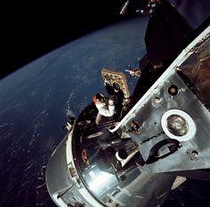 Vintage NASA Photographs: David Scott climbs out of the Command Module, Apollo March 1969 Sistema Solar, Paris France, Gemini, Apollo Space Program, Nasa Photos, Apollo Missions, Nasa Astronauts, First Photograph, Space Shuttle