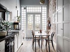 Vilket fantastiskt hem som är till salu i det som beskrivs som Göteborgs Brooklyn. Otroligt personligt inrett i dova nyanser, målade trägolv och med tapeter signerade William Morris. Sedan får man…