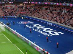 Logo géant du Paris Saint-Germain devant la tribune Auteuil, au Parc des Princes, pour les matches de Ligue 1
