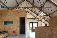 Un granero convertido en una casa de diseño con tableros osb|Espacios en madera