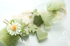 Eccole le nuove ghirlande con saponi e sacchettini in tulle profumatissimi e decorati con fiori in feltro e nastri. Multifilo decorate c...