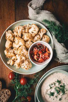 Viem, že zapekaný karfiol sa robieva väčšinou so syrom, smotanou či vajíčkami, ale odporúčam vám vyskúšať môj jednoduchý recept, na ktorý nebudete potrebovať ani tieto ingrediencie. Uvidíte, že nebudete ľutovať. Chana Masala, Salsa, Curry, Ethnic Recipes, Food, Curries, Eten, Meals, Salsa Music